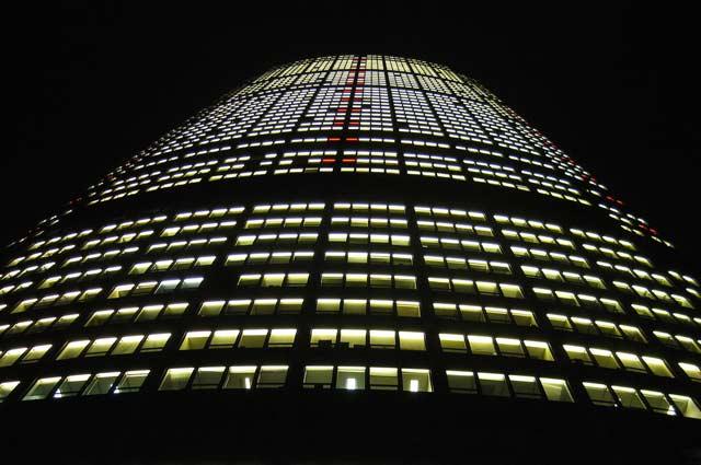 Oświetlony wieżowiec