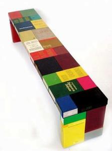 Ławka z zrobiona z książek