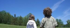 Dzień Edukacji dzieci patrzące w niebo
