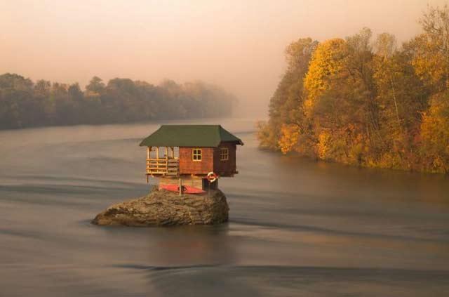 Samotny dom na rzece