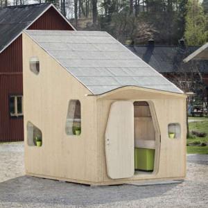 Mały domek ze sklejki